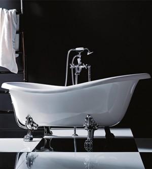 Vasca da bagno stile classico con decori personalizzati e rubinetteria in stile