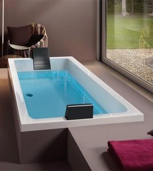 Vasca bagno idromassaggio con rubinetteria elettronica e cuscini poggiatesta